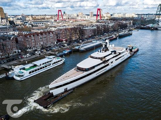 Feadship transporte Madame S de 93m par les Pays-Bas