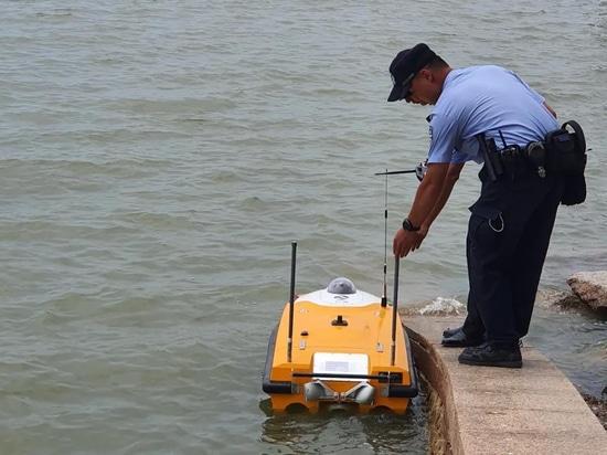 Un bateau sans équipage de la police OceanAlpha 5G surveille les côtes de Shenzhen