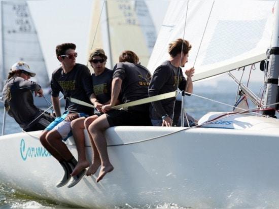 L'université de l'équipe de navigation du Vermontn a envoyé un contingent au regatta à la voile dans la classe corinthienne, la 28ème combinaison de finissage.