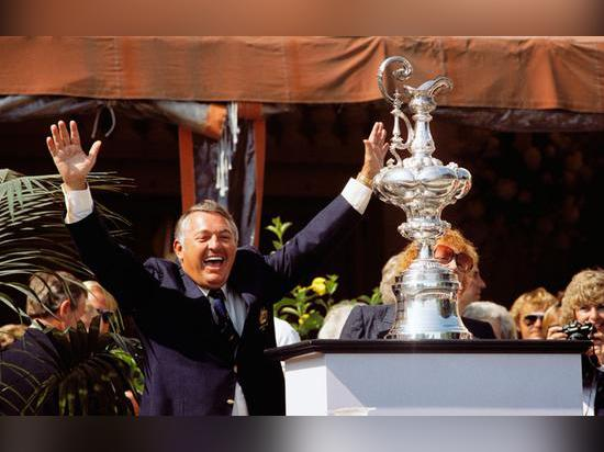Lien d'Alan avec le trophée de la tasse de l'Amérique | photo par le club de yacht de New York de courtoisie de Dan Nerney
