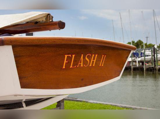Le flash possédé et emballé II de JFK de bateau a été reconstitué à son ancienne gloire
