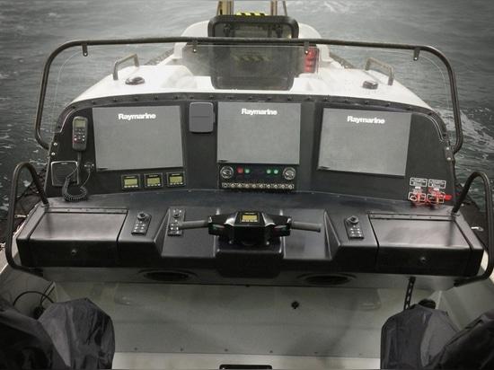 Deux 300 moteurs de Volvo Penta D4 de puissances en chevaux et commandes de DPH sont commandés avec le système de contrôle de barre de direction d'Ullman de pilotage par fil